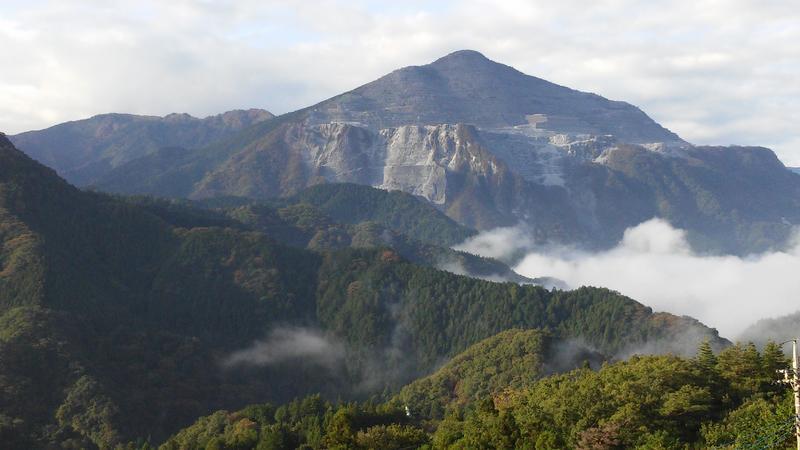朝の武甲山遠景