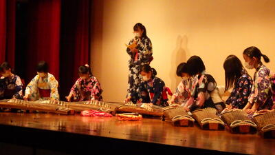 新入生歓迎会で演奏する琴部員たち