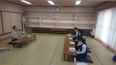 ■講師の先生の指導で「羽衣」を練習する生徒たち